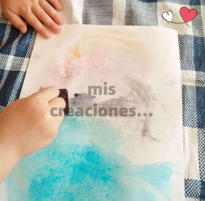hielos de colores hechos con colorante alimenticio para pintar en verano