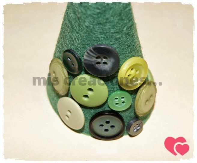 Pegamos los botones para formar el árbol de Navidad