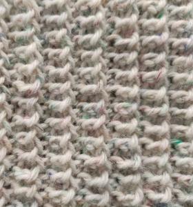 detalle del punto empleado para cuello-braga para niña tejido con dos agujas